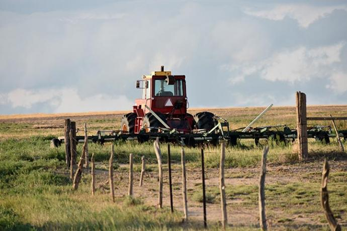 PROMO 64J Agriculture - Tractor Field Fence - Chris Sorensen