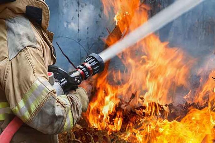 PROMO 64JFire - Firefighter Hose Water Flame - iStock - toa55.jpg