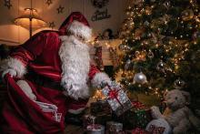 PROMO Miscellaneous - Santa Gift Present Toys Tree Holiday Christmas - iStock - Nastco